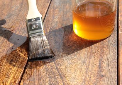 Holzschutz durch Leinölanstrich